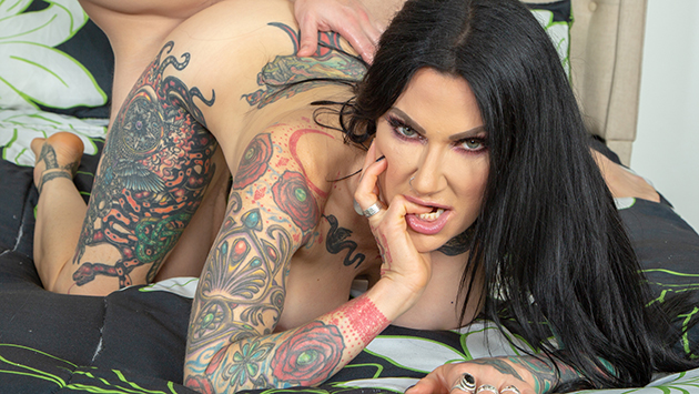 Tattooed MILF Jenevieve Hexxx Getting Wild LIVE